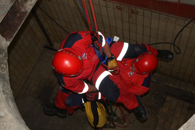 Confined rescue with Rope Training